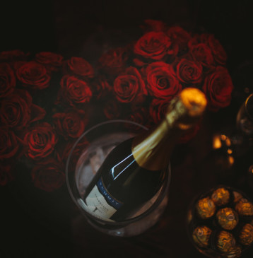 Summit Estate sparkling wine and roses at Alure Stanthorpe
